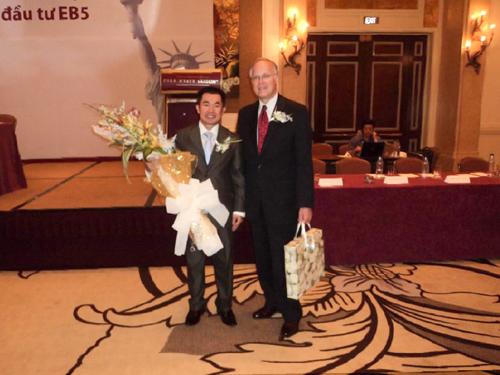 Chủ tịch Hiệp hộiThống đốc Quốc gia- ông Jim Douglas giới thiệu chương trình đầu tư định cư Mỹ EB-5 năm 2010 tại Park Hyatt Saigon.
