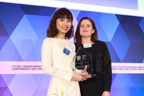 Bà Đỗ Thùy Chi  Phó Chủ tịch HĐQT Capital House lên nhận Giải thưởng Transformational Business Awards