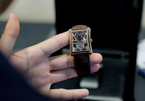 Đồng hồ có bộ máy chỉ 3,5mmChiếc đồng hồ Piaget Emperador Tourbillon Skeleton có kích thước 32 x 41mm bằng vàng hồng 18K được coi là huyền thoại của hãng Piaget. Trong khuôn hình vuông vức của mặt số hình chữ nhật nắp sapphire trong suốt lộ ra bộ chuyển động cơ khí lên cót tay flying tourbillon 600S.