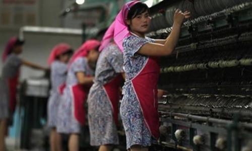 Công nhân trong một nhà máy sợi ở Bình Nhưỡng (Triều Tiên). Ảnh: Reuters