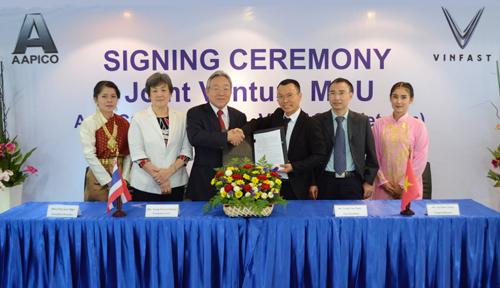 Lãnh đạo VinFast  và AAPICO ký kết biên bản ghi nhớ về việc thành lập liên doanh.