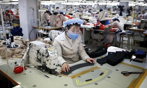 Công nhân Triều Tiêntrong nhà máy của doanh nghiệpHàn Quốc tại khu công nghiệp chung Kaesong. Ảnh: Reuters
