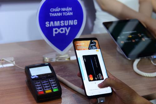 Để thực hiện thanh toán trên Samsung Pay, người dùng chỉ cần vuốt lên từ cạnh dưới màn hình điện thoại, chọn phương pháp xác thực (quét dấu vân tay, mống mắt hoặc nhập mã PIN) và đưa điện thoại vào gần khe kết nối của các máy quẹt thẻ (máy POS) để thanh toán.