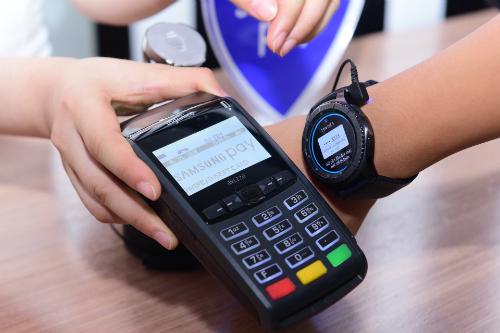 Samsung vừa công bố tính năng thanh toán qua đồng hồ thông minh Gear S3, kết nối với 15 ngân hàng đối tác và còn tiếp tục mở rộng.