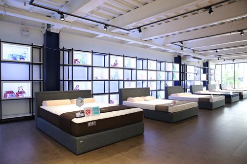 Cửa hàng mới giúp người tiêu dùng có thể trải nghiệm sản phẩm theo công nghệ sản xuất tiên tiến với thiết kế vượt trội.