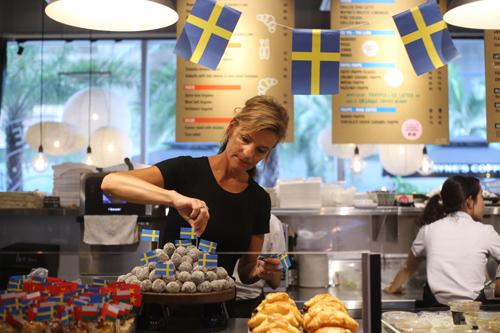 Các loại bánh ngọt, mọi thức uống (cà phê, trà) đều do thợ pha chế đến từ Thụy Điển làm trực tiếp tại quầy.