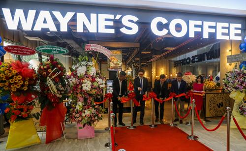 Đại sứ Thụy Điển cắt băng khai trương Waynes Coffee tại Việt Nam.