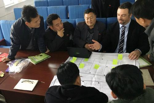Ian Collins (bên phải) thảo luận cùng các học viên Học viện Khoa học Quốc gia tại Pyongsong, Triều Tiên vào tháng 11/2017. Ảnh: Bloomberg
