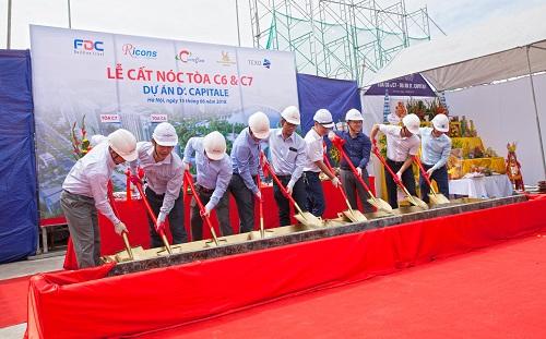 Đại diện chủ đầu tư Tân Hoàng Minh, ban lãnh đạo Coteccons Group và F.D.C tham gia nghi thức cất nóc.