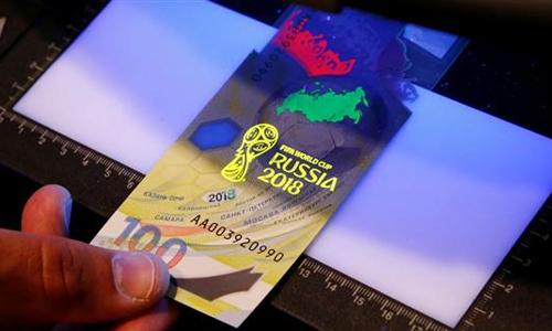 Các chi tiết chống làm giả của đồng tiền này được hiển thị dưới tia cực tím. Ảnh: Reuters.