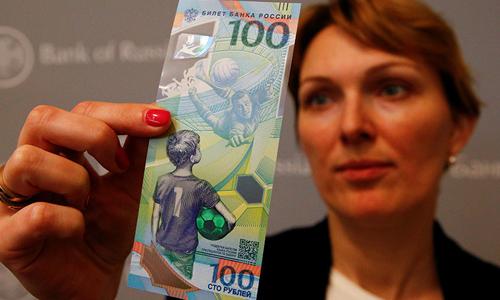 Tờ 100 rouble phiên bản World Cup tại Nga. Ảnh: Reuters.