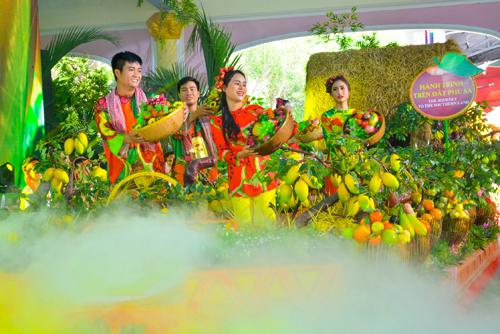 Tại lễ hội, vườn trái cây sai trĩu quả, những dòng sông, văn hóa chợ nổi từ lâu đã thành di sản của đất rừng Phương Nam sẽ được tái hiện tại chợ nổi trái cây Nam Bộ Suối Tiên. Du khách được thưởng thức hương vị trái cây đầu mùa chín mọng, ngọt lịm, thanh mát, bổ dưỡng, giá rẻ hơn thị trường đến 30% trong suốt mùa hè.