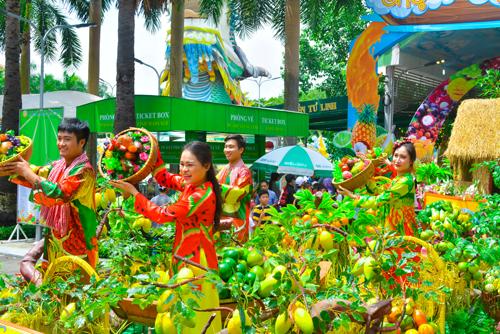 Việt Nam - đất nước hình chữ S cuốn hút du khách bởi cảnh quan đẹp với nét văn hóa và truyền thống được phác họa sống động trong show diễu hành Trái cây khổng lồ.