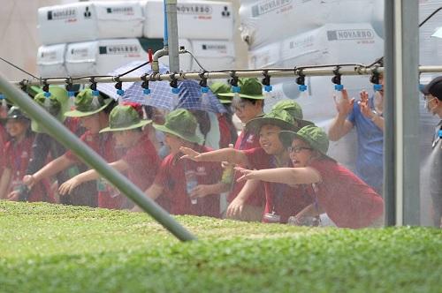 Các em học sinh hào hứng với hệ thống tưới tự động tại nông trường VinEco