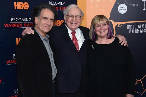 Warren Buffett chụp với hai người conPeter Buffet vàSusie Buffett. Ảnh:Jamie McCarthy