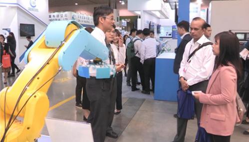 Doanh nghiệp Đài Loan giới thiệu máy móc ứng dụng công nghệ thông minh tại một triển lãm ở Việt Nam.