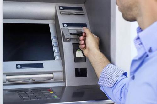 Nhiều trường hợp chủ thẻ cần khoá gấp nhưng khó liên hệ đường dây nóng khiến không ít người bức xúc. Ảnh: PV.