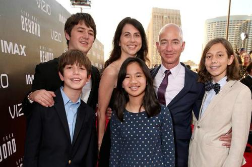 Gia đình Jeff Bezos chụp ảnh cùng nhau năm 2016: Ảnh:Todd Williamson
