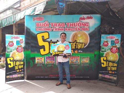 Anh Đặng Thành Công (Hậu Giang) nhận giải thưởng vào ngày 01/06 tại chợ Cái Sơn.