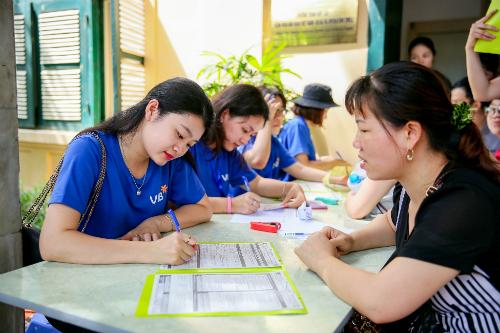 Các tình nguyện viên VIB lấy thông tin trẻ từ phụ huynh