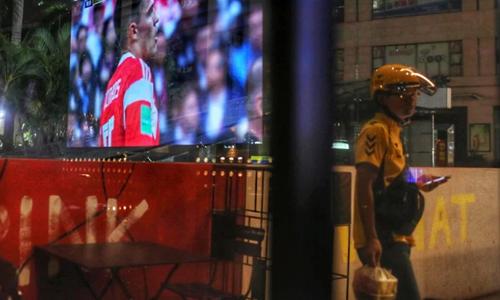 Dịch vụ giao đồ ăn từ 9h tối đến 2h sáng đắt khách dịp World Cup tại Trung Quốc. Ảnh: SMCP