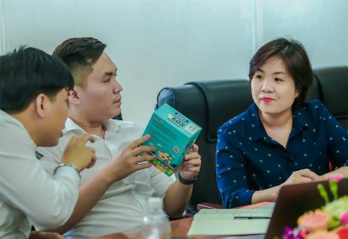 Anh Tuấn (giữa) và Thu Thủy trong một buổi thảo luận với lãnh đạo Egroup.