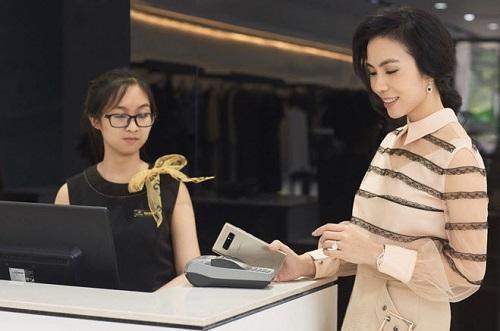người dùng Việt Nam có thể dễ dàng chi trả hoá đơn ăn uống, mua sắm chỉ với phương thức một chạm trên máy POS, mọi thứ ngày càng linh hoạt và dễ dàng hơn.