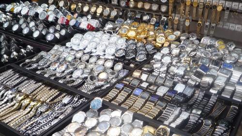 Đồng hồ giả được bày bán tràn lan, công khai.