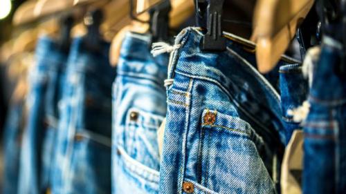 Từ mai, quần jeans Mỹ xuất sang EU sẽ phải chịu thuế nhập khẩu. Ảnh: BBC