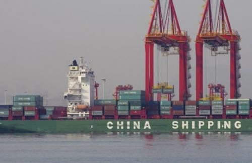 Container trên một tàu thủy tại cảng ở Sơn Đông (Trung Quốc). Ảnh: Reuters