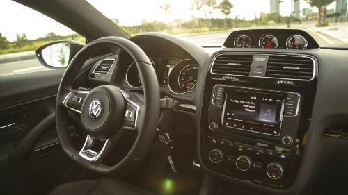 Bên cạnh khả năng tăng tốc và vận hành vượt trội, mẫu xe thể thao Scirocco cũng chú trọng các trang bị an toàn tối đa cho lái xe và hành khách ngồi trên xe.