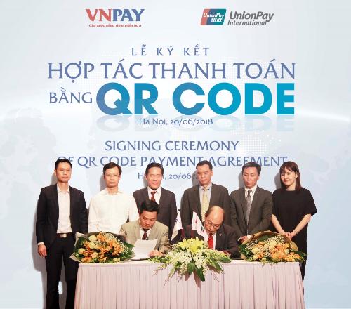 Ông Lê Tánh (Tổng Giám đốc VNPAY) và ông Yang Wenhui - Tổng giám đốc UnionPay International Đông Nam Á tham gia ký kết.