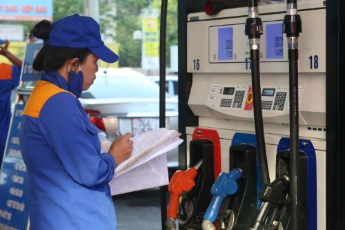 Theo dõi sản lượng bán xăng, dầu tại một cây xăng thuộc Petrolimex. Ảnh: Ngọc Thành