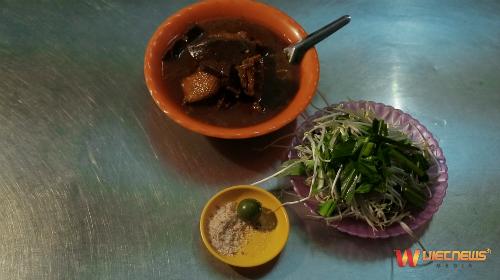 Bên cạnh đó Bạc Liêu đón tiếp thực khách bằng sự giản dị của các món ngon như hủ tiếu cari Vịt, bánh Cóng hay hải sản ở bãi biển nhà Mát.