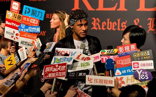 Neymar thu hút sự chú ý của truyền thông khi dự ra mắt một hãng thời trangtại Thượng Hải (Trung Quốc) năm ngoái. Ảnh: AFP.
