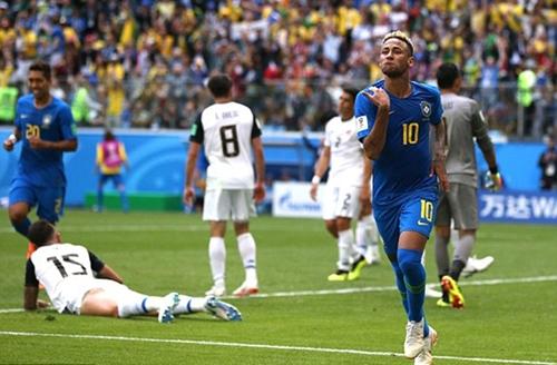 Neymar ăn mừng sau khi ghi bàn ấn định chiến thắng 2 - 0 của Brazil trước Costa Rica.