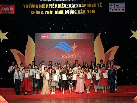 Nhóm các doanh nghiệp được vinh danh tại Chương trình Thương hiệu tiêu biểu - hội nhập kinh tế châu Á Thái Bình Dương 2018.