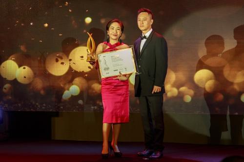 Ông Dương Quốc Thiện, Giám đốc điều hành Transform Architecture, Chủ tịch hội đồng giám khảo trao giải thưởng cho đại diện CapitaLand Việt Nam.