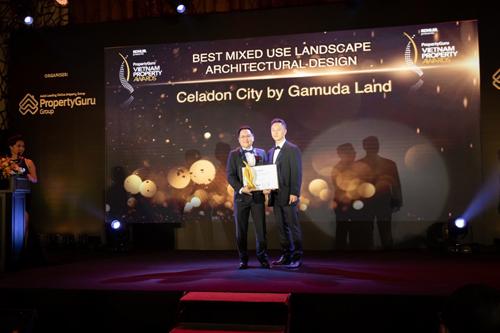 Đại diện Gamuda Land (trái) nhận giải thưởng Thiết kế kiến trúc cảnh quan khu phức hợp xuất sắc nhất.