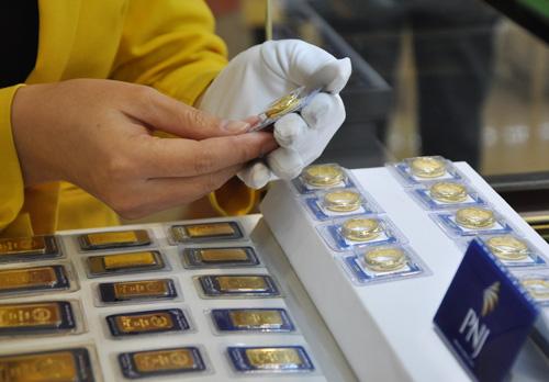 Giá vàng trong nước giảm sáng nay khi giá thế giới đi xuống. Ảnh: Lệ Chi.