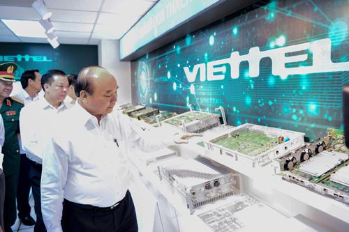 Thủ tướng Nguyễn Xuân Phúc thăm và làm việc tại Viettel.