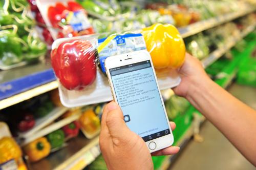 Quét mã vạch truy xuất nguồn gốc nông sản tại một siêu thị. Ảnh: P.V
