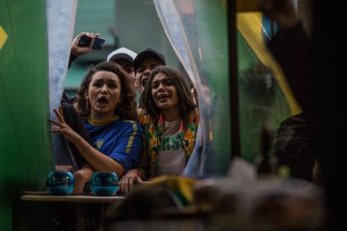 Người hâm mộ Brazil xem TV ủng hộ đội nhà. Ảnh:Bruno Santos