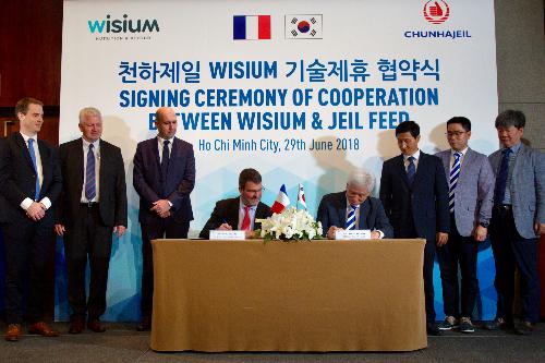 Ông Eric Nojac, Gíam đốc điều hành Neovia châu Á và ông Yoon Ha Un, Giám đốc điều hành Jeil Feed ký biên bản hợp tác.