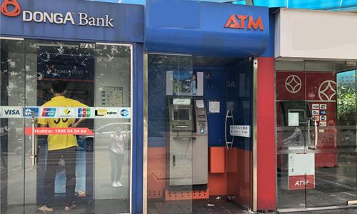 Khách hàng giao dịch tại một ATM của DongA Bank. Ảnh: Ngân Hà.