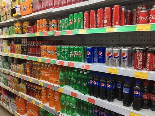 Đồ uống mang thương hiệu Coca-cola và Pepsi tràn ngập trong các siêu thị.