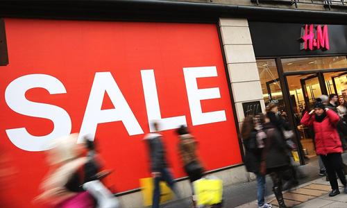 Giảm giá là một trong những cách giúp H&M giảm bớt lượng hàng tồn kho. Ảnh: CNN