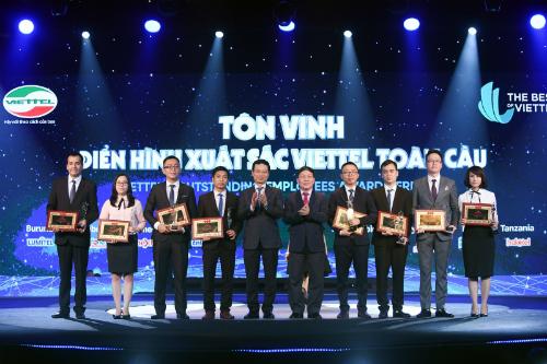 Tổng Giám đốc Nguyễn Mạnh Hùng (thứ tư từ trái sang) trao giải cho 8 cá nhân xuất sắc.