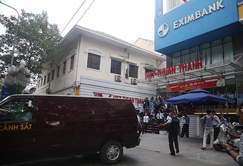 Cảnh sát khám xét Eximbank TP HCM và bắt tạm giam hai nữ cán bộ hôm 26/3. Ảnh: Quốc Thắng.