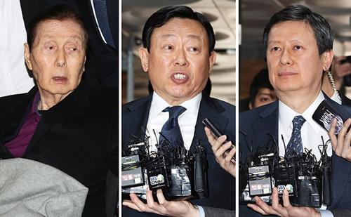 Shin Kyuk Ho (trái) cùng hai con trai Dong-bin và Dong-joo. Ảnh: Korea Times